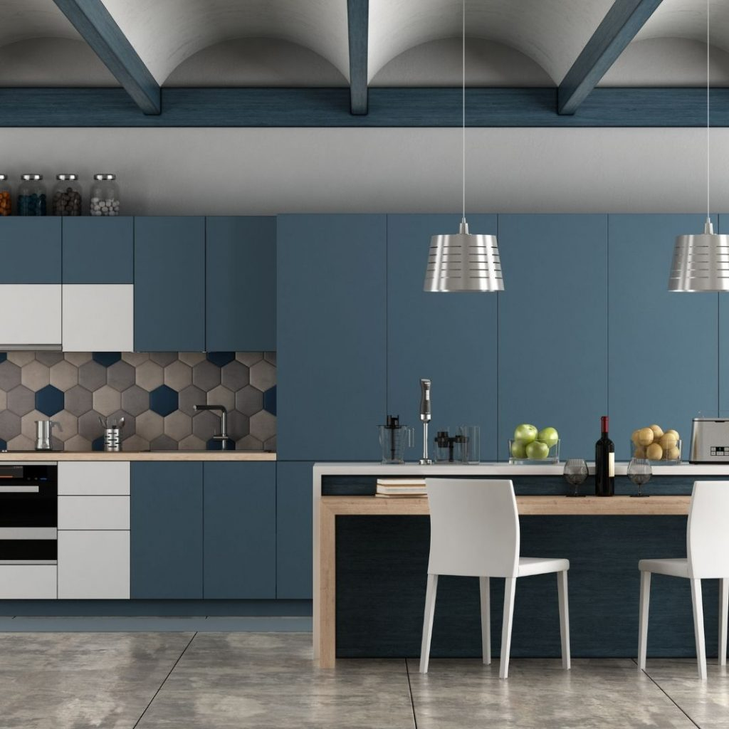 Ett kök med blå köksluckor